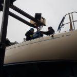 Solé Dieselmotor lyfts ombord på en Omega 42